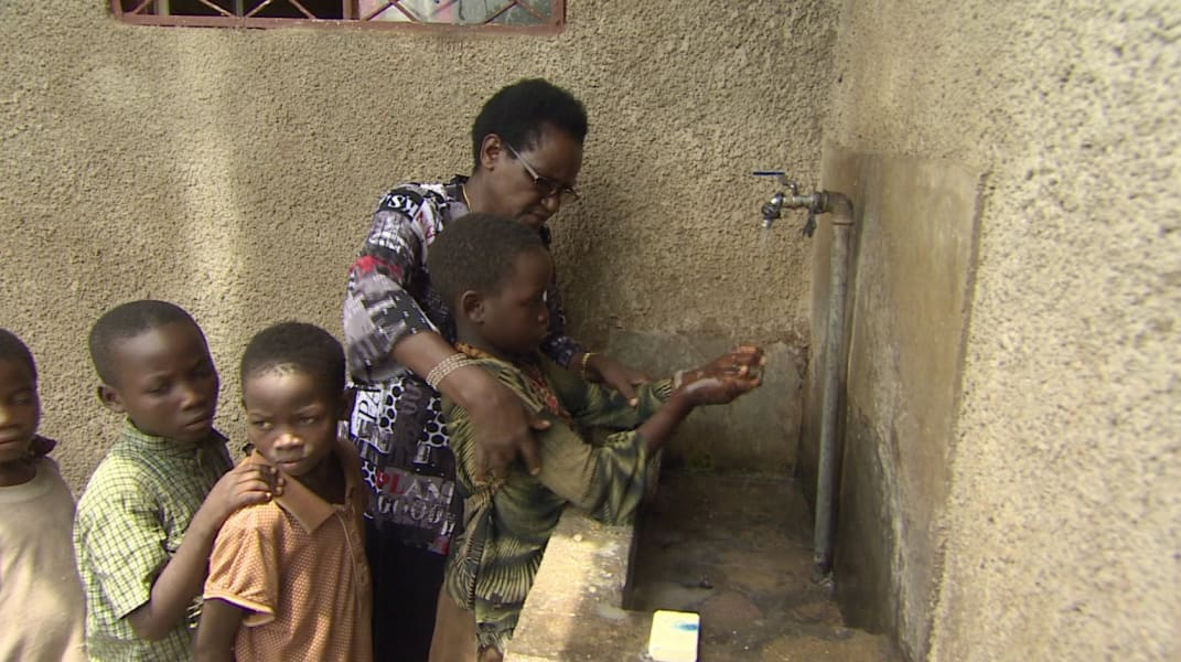 mama dimanche children washing hands