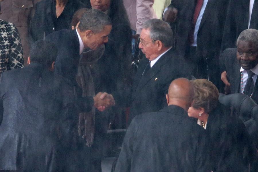 01 handshakes obama castro