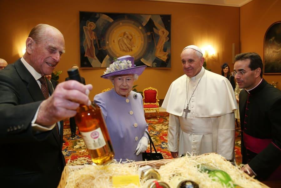 09 pope meets queen 0403