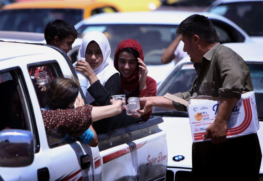 04 Iraqi civilians flee Mosul