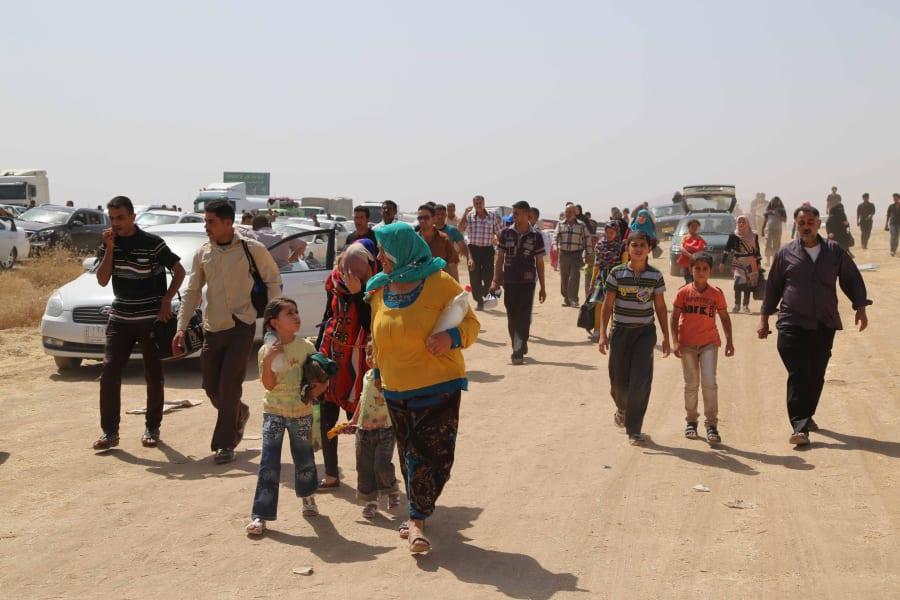 06 Iraqi civilians flee Mosul