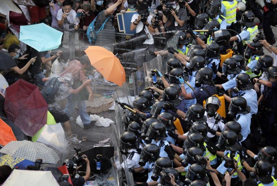 hong kong umbrellas police