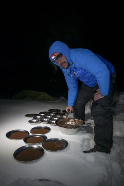 08032015 Jordi Roca preparando los helados en el CB del Annapurna 2