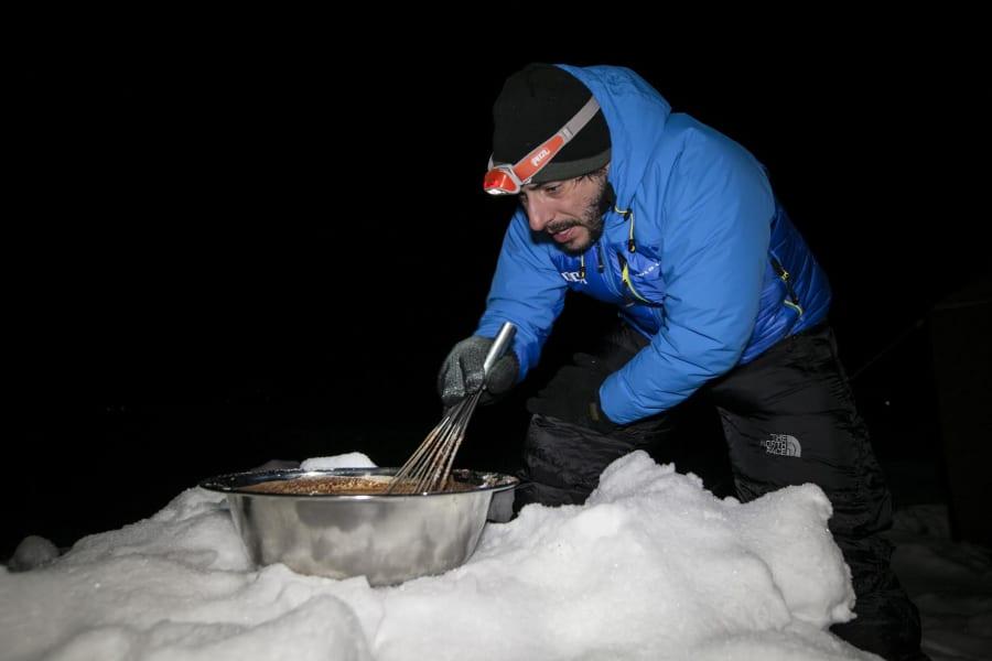 08032015 Jordi Roca preparando los helados en el CB del Annapurna 3