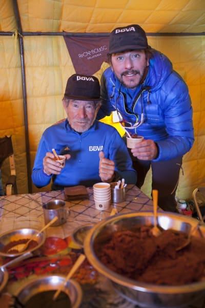 09032015 Carlos Soria prueba los heleados de Jordi Roca en el Campo Base del Annapurna