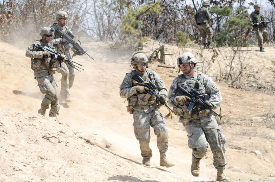 13 US Soldiers running