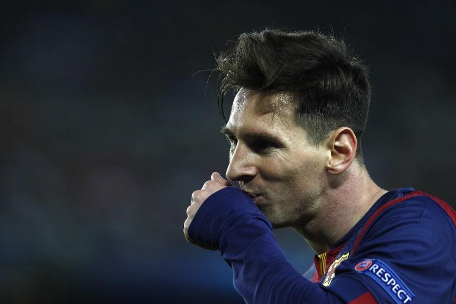 Messi kiss