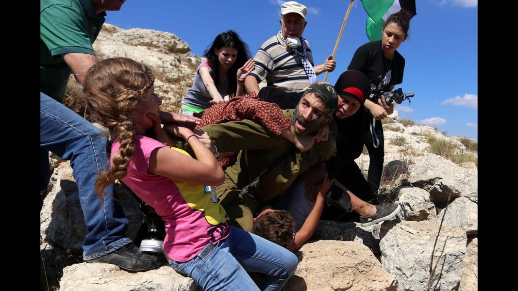 07 Israeli soldier Palestinian boy