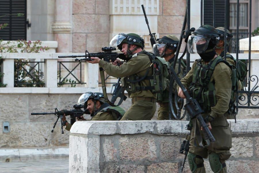 israeli soldiers aim Oct12