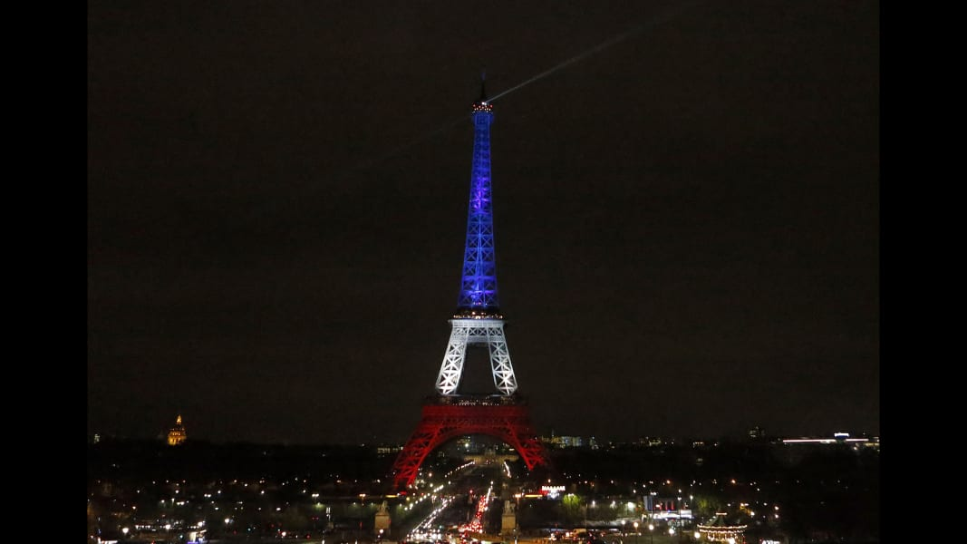 eiffel tower illuminated 1116