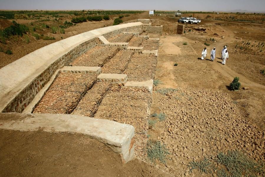 Sudanese walking harvesting EU famine