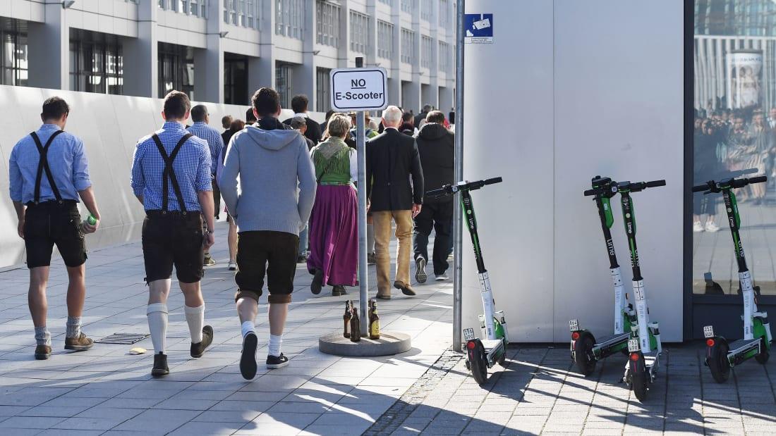En Allemagne, l'autorisation de la trottinette sur les routes a coûté leur permis à 200 buveurs de bière ! Par Hilaire Picault Http%3A%2F%2Fcdn.cnn.com%2Fcnnnext%2Fdam%2Fassets%2F191007043651-oktoberfest-e-scooters-restricted