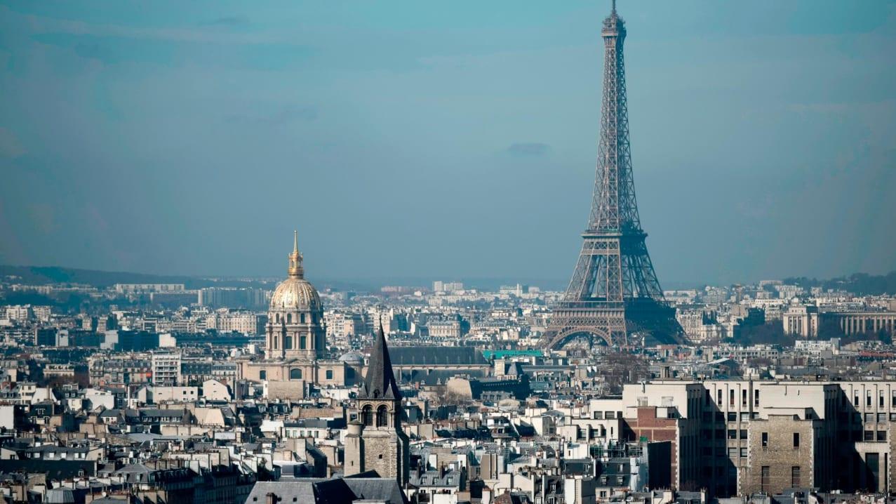 Menara Eiffel dan kubah Les Invalides, terlihat di sepanjang kaki langit ibu kota Prancis, Paris