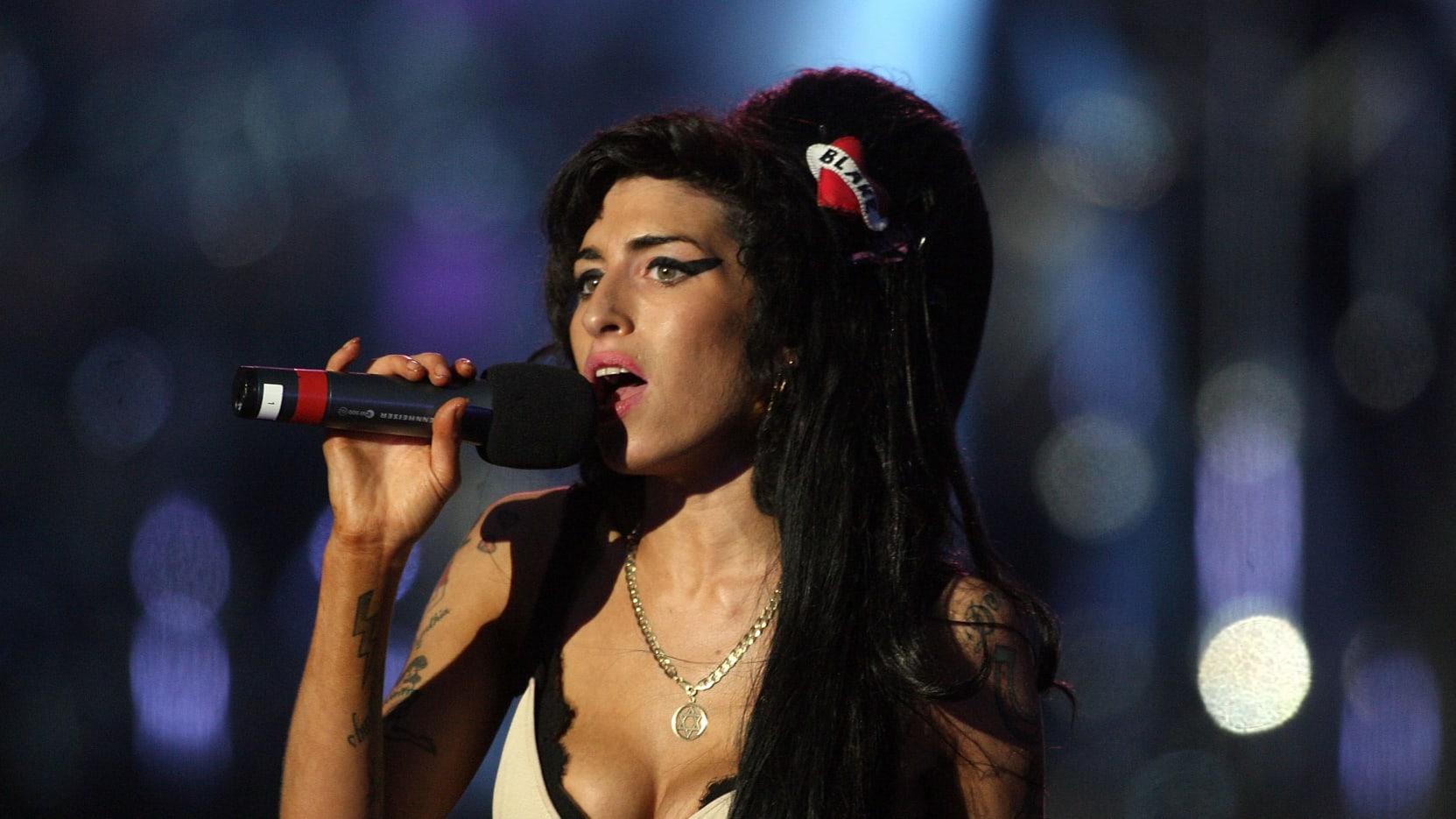 LONDONR - 27 QERSHOR: Amy Winehouse performon gjatë koncertit 46664 në festimin e jetës së Nelson Mandelës në Hyde Park më 27 qershor 2008 në Londër, Angli. (Foto nga Dan Kitwood/Getty Images)