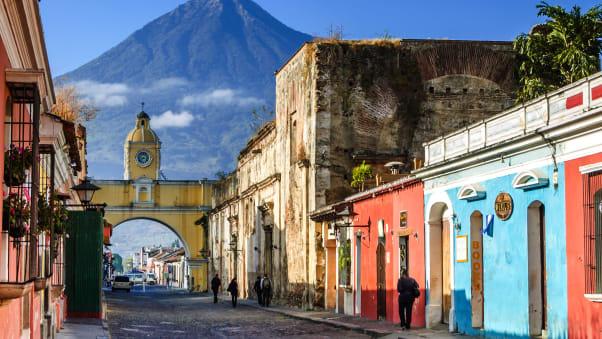 Antigua è una splendida città coloniale spagnola in Guatemala con un vulcano sullo sfondo drammatico.