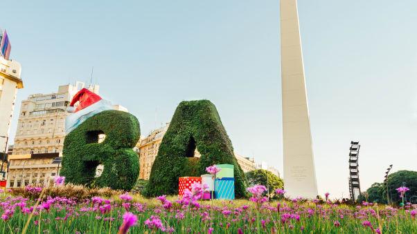 """La """"B"""" e la """"A"""" nel centro di Buenos Aires sono adornate con un cappello da Babbo Natale e regali per Natale."""