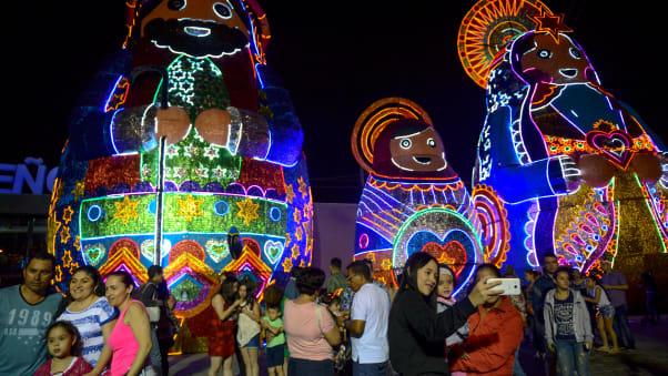 La gente guarda le spettacolari luci di Natale a Medellin.