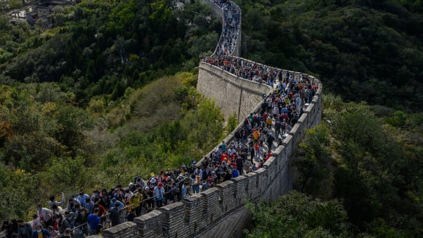 Tickets for the Badaling section of the Great Wall sold out completely during the Golden Week holiday.