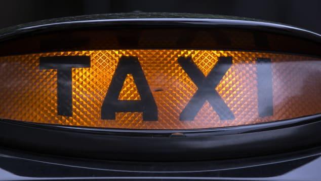 La seule fois où un chauffeur de taxi avec une grosse tête est une bonne chose.
