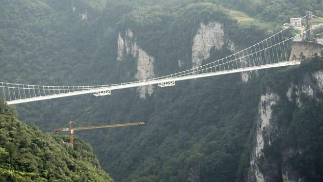 China Bakal Buka Bungee Jumping Tertinggi di Dunia