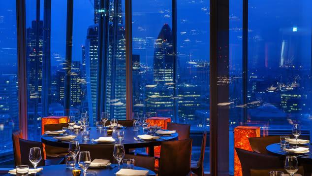 Εκπληκτική θέα στο δείπνο από το ψηλότερο κτίριο του Λονδίνου.