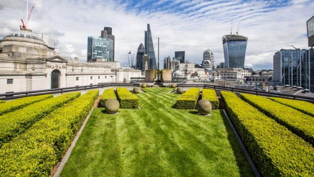 Θαυμάστε την ανατολική συστάδα ουρανοξυστών του Λονδίνου από τον γκαζόν του Coq d'Argent.