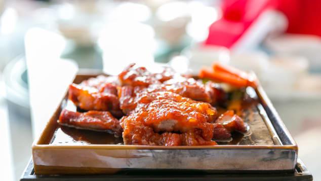 最高の豚肉は、バーベキューと蜂蜜をまぶしたものです。