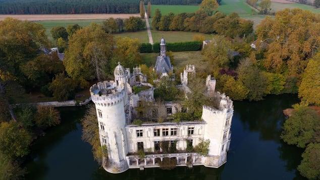 Le projet suit les traces de l'achat réussi du château de La Mothe-Chandeniers en France par l'équipe (photo).