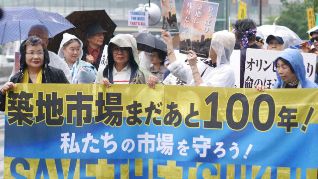 Demonstrators protest against the impending move of the Tsukiji fish market to Toyosu on September 29, 2018.