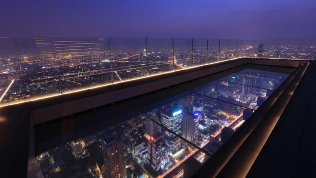 В отеле Mahanakhon SkyWalk есть стеклянный пол, который выступает над краем небоскреба.