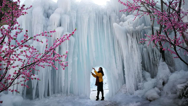 Waterfalls in Mimishui scenic spot can drop 93 meters down. It's in Pingshan County of Shijiazhuang, capital of north China's Hebei Province.