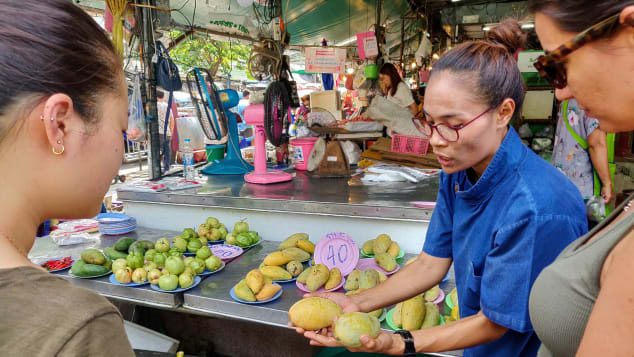 Chef Goong Sreesopon teaches her students how to choose a good mango.