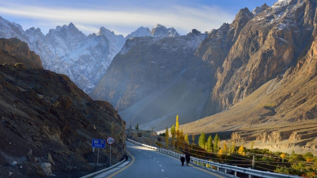 Jalanan ini memiliki 15.397 kaki di atas permukaan laut dari Khunjerab Pass, perbatasan internasional tertinggi.