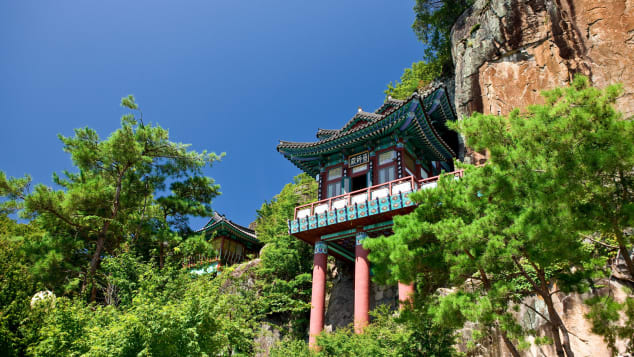 Sasungam Temple offers impressive views of Seonjingang River and Jiri Mountain.