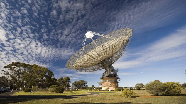 More than 90,000 people visit the Parkes radio telescope each year. The moving parts of the telescope weigh 1,000 tonnes, as much as two Boeing 747s.