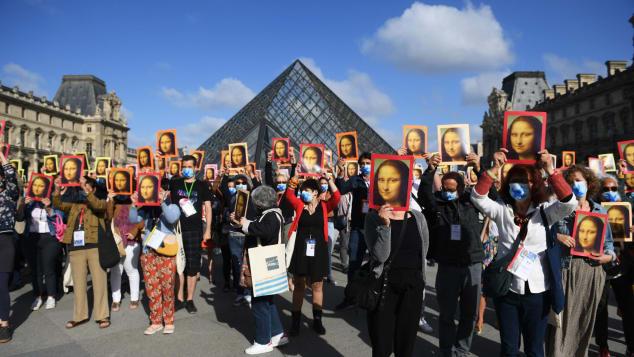 Le guide turistiche hanno protestato fuori dal Louvre per la mancanza di sostegno al settore turistico.
