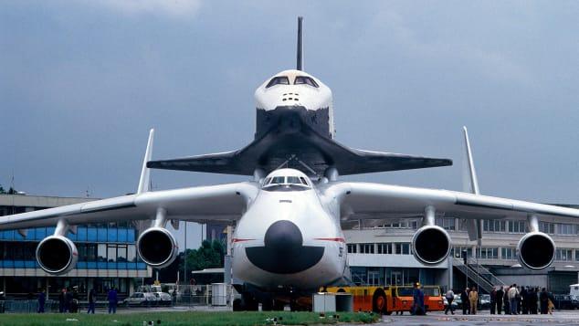 """Ан-225 с космическим кораблем """"Буран"""" был звездой парижского авиасалона 1989 года."""