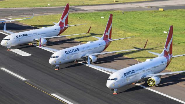 Aeronave Qantas 737-800 estacionada na pista do Aeroporto de Sydney em 20 de maio de 2020 em Sydney, Austrália.