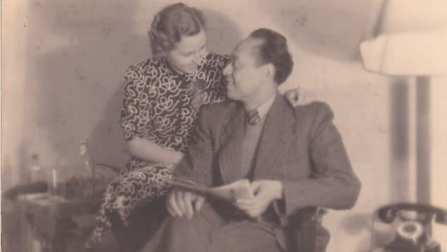 Mohamed Helmy, que salvou a vida de vários judeus, é retratado com sua esposa Emmy.