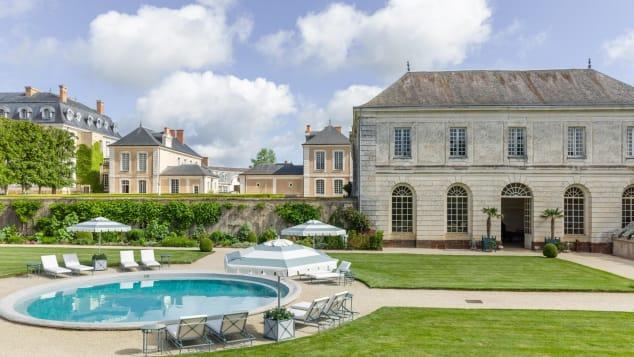 Sebuah kolam renang dan berhektarhektar labirin, danau dan taman adalah bagian dari daya pikat di Hotel Château du GrandLucé