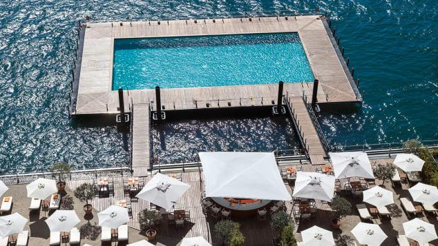 Salah satu kolam renang di Grand Hotel Tremezzo mengapung di atas Danau Como