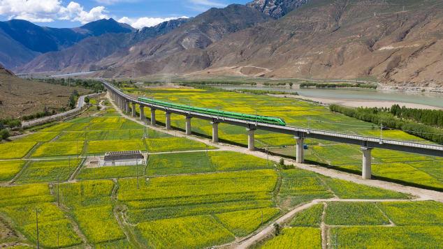 Un tren glonț Fuxing circulă de-a lungul noii linii de cale ferată Lhasa-Nyingchi.