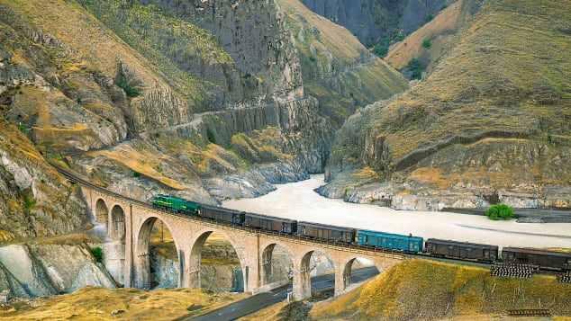 The Trans-Iranian Railway includes 224 tunnels, 174 viaducts and 186 smaller bridges.
