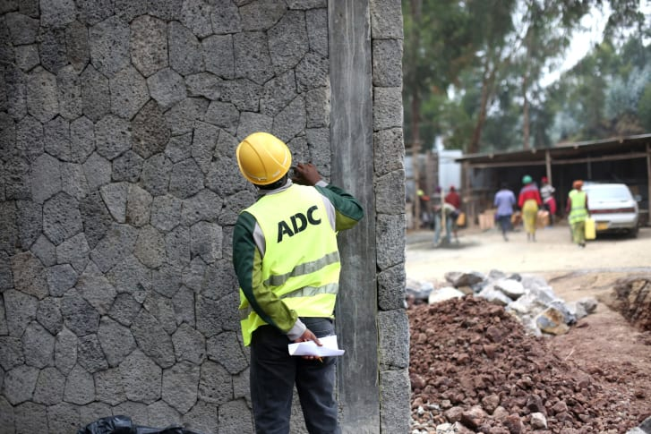 Victor Iyakaremye en el sitio de construcción de la escuela primaria de Ruhehe.
