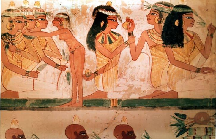 Một chi tiết của một bức tranh từ lăng mộ Nakht mô tả ba người phụ nữ trong một bữa tiệc.  Họ đeo nón thơm trên tóc và vòng cổ tinh xảo.