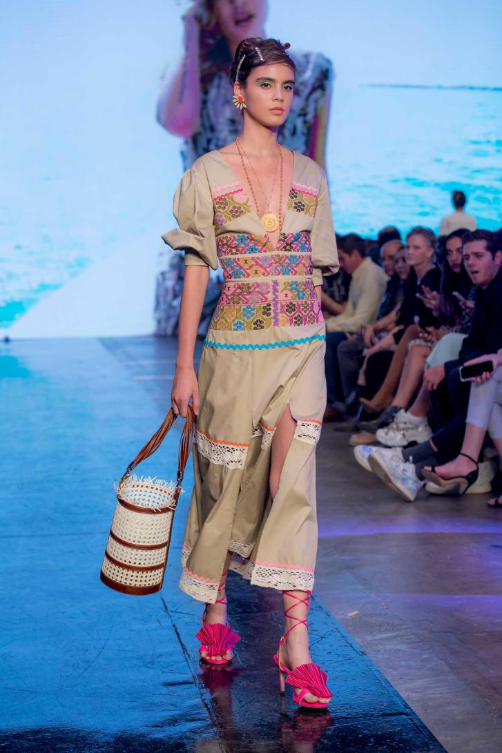 Lavín ha trabajado con 3.000 artesanos de 14 comunidades indígenas en todo México desde el lanzamiento de su marca en 2004. Crédito: Mercedes-Benz Fashion Week Ciudad de México