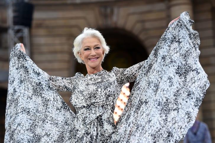 海伦·米伦(Helen Mirren)在2019年9月的巴黎时装周上的欧莱雅时装秀上。