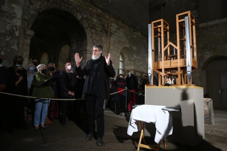 Ο Rainer O. Neugebauer, πρόεδρος του Διοικητικού Συμβουλίου του Ιδρύματος John Cage Organ Halberstadt, απευθύνθηκε στους καλεσμένους στην εκκλησία του Αγίου Burchardi πριν από την αλλαγή της χορδής.