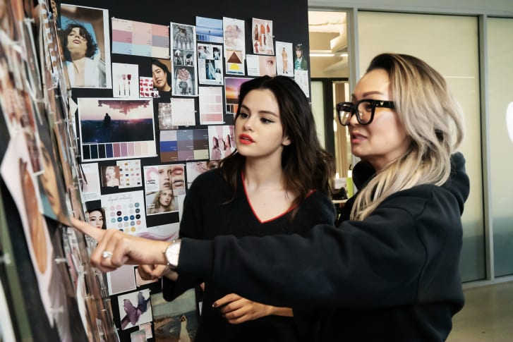 Selena Gomez dengan kepala desainer produk Rare Beauty Joyce Kim.