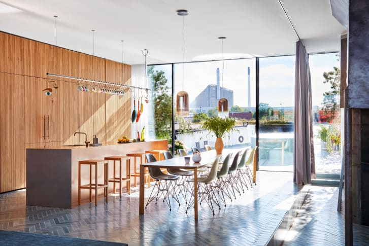 The open kitchen has oak cabinetry and a Luca Cipelletti dining table